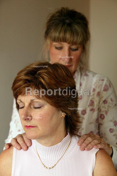 Bristol Cancer Help centre. Integrated health seminar. A delegate has a head massage. - Paul Box - 2004-08-02