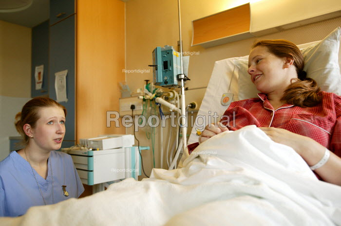 A student nurse talks to a mother just after she has given birth. - Paul Box - 2004-07-01
