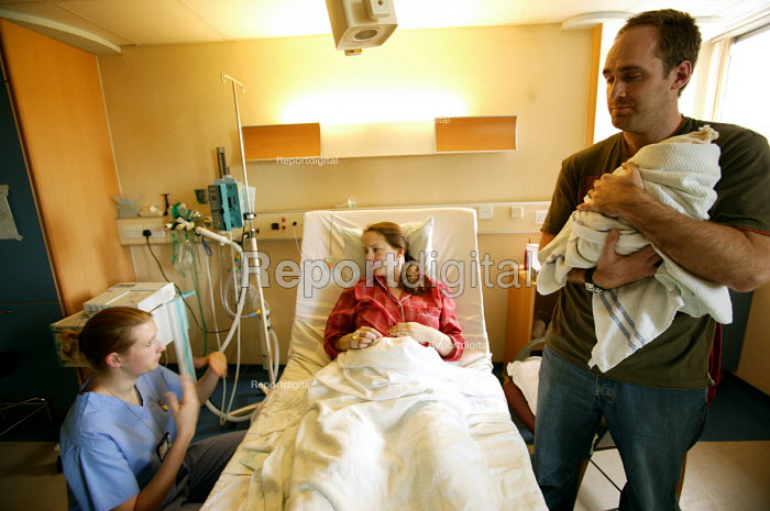A student nurse talks to a mother and father just after she has given birth. - Paul Box - 2004-07-01