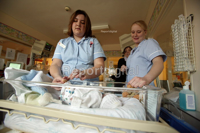 Southmead Hospital neonatal care ward. Intensive care baby unit. Student nurse. - Paul Box - 2004-06-02