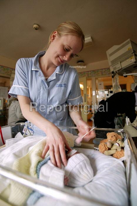 Southmead Hospital neonatal care ward. Intensive care baby unit. - Paul Box - 2004-06-02