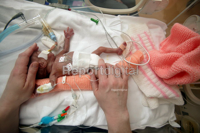 Southmead Hospital neonatal care ward. Intensive care baby unit. Student nurse. - Paul Box - 2004-06-02