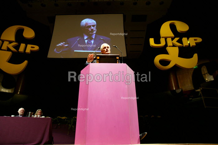Robert Kilroy Silk MEP UKIP conference. The Colston Hall, Bristol. - Paul Box - 2004-10-02
