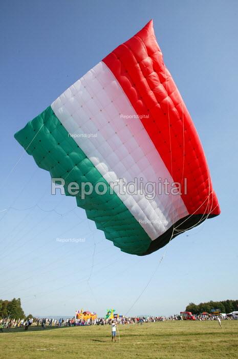 International kite festival, Bristol. The worlds largest kite . In kuwait flag design. - Paul Box - 2004-09-05