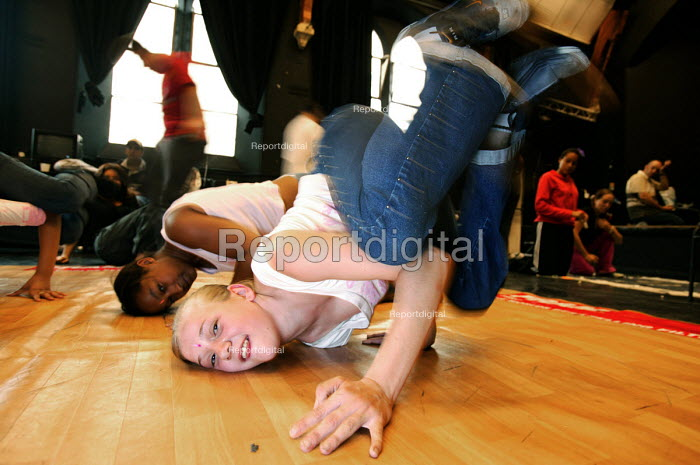 Connexions workshop for teenagers in Bath, learning breakdancing. - Paul Box - 2004-08-12