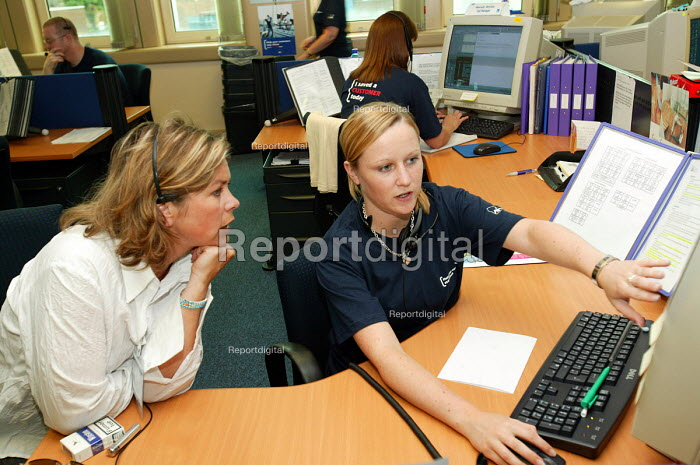 Axa Sunlife call centre, Coventry. Workers explain the system to a visiting manager. - Paul Box - 2004-06-02