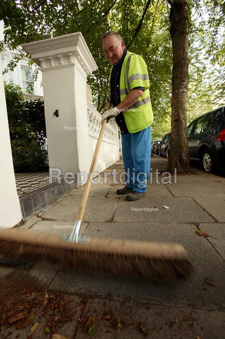 Road sweeper on the streets of Kensington, London - Paul Box - 2004-07-07