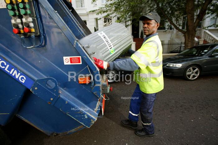 Dustbin workers on the streets of Kensington, London - Paul Box - 2004-07-07
