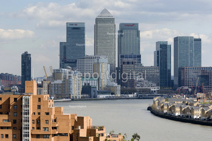 View towards the Isle of Dogs from Shadwell, showing new... - Philip Wolmuth, pw080913.jpg