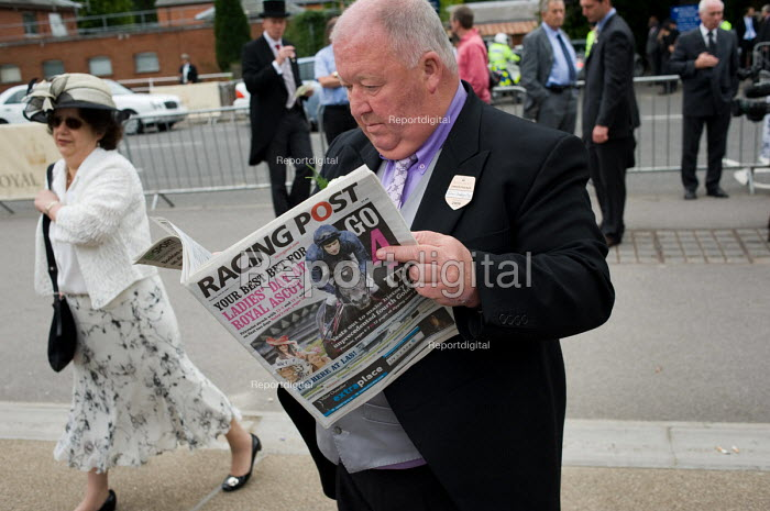 Irish horse owner John Duddy reading the Racing Post... - Philip Wolmuth, pw090625.jpg