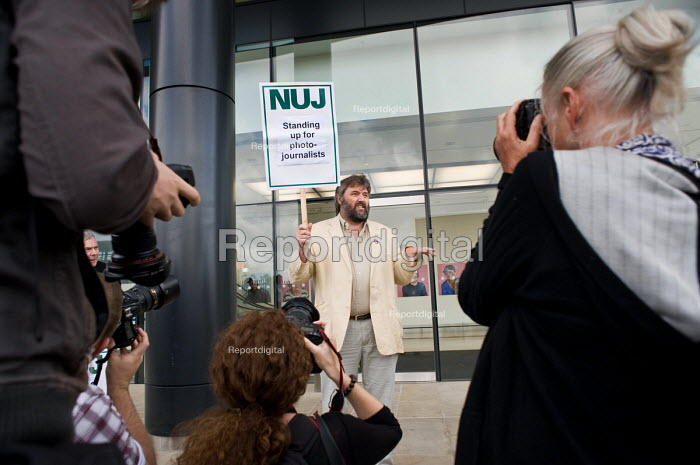 Freelance cartoonist Steve Bell supports an NUJ protest... - Philip Wolmuth, pw090905.jpg