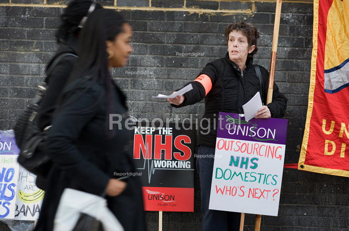 Members of Unison East London Mental Health Branch protest outside East London NHS Foundation Trust against privatisation and cuts - Philip Wolmuth - 2009-11-26