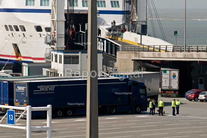 Border police check for stowaways in lorries waiting to board a cross-Channel ferry in Calais - Philip Wolmuth - 2010-04-13