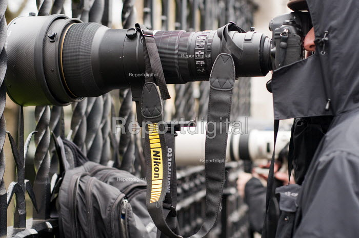 Press photographers working at the Houses of Parliament, 2010 General Election. A long telephoto lens. - Philip Wolmuth - 2010-05-11