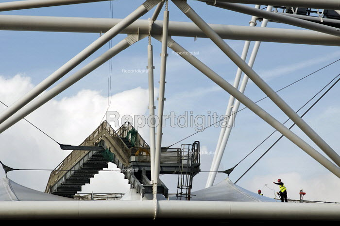 Construction worker on the roof of the London 2012 Olympic Stadium, Stratford. - Philip Wolmuth - 2010-09-21