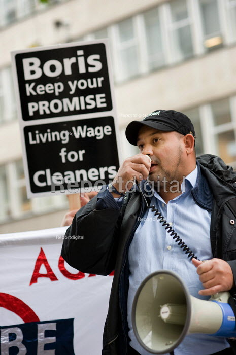 Alberto Durango, of the Latin-American Workers Association, speaks at an RMT protest outside the London offices of failed private contractor Metronet to demand that the jobs of London Underground cleaners be brought back in house on decent wages, terms and conditions. - Philip Wolmuth - 2009-11-18