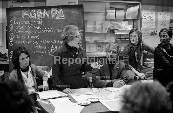 1978: Linda Bear, Kay McNicholas, Carl Drayton, Jill Selbourne and Rosa Jones at a meeting called to resist plans by Conservative controlled Westminster City Council to close the 510 Community Centre in North Paddington, West London. Their Agenda is written on the blackboard. - Philip Wolmuth - 1978-11-22