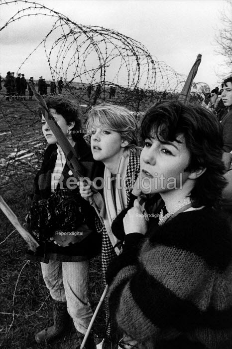 Protesters attempt to invade the USAF base at Molesworth, Cambridgeshire, to protest against the installation of Cruise missiles. - Philip Wolmuth - 1985-04-08