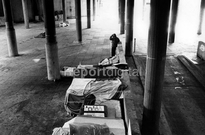 Shelters built by the homeless in Cardboard City, Waterloo, central London. - Philip Wolmuth - 1989-06-04