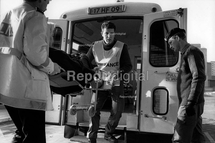 An army ambulance delivers a patient to St.Marys Hospital, Paddington, London, during the ambulance workers pay dispute. - Philip Wolmuth - 1989-11-16