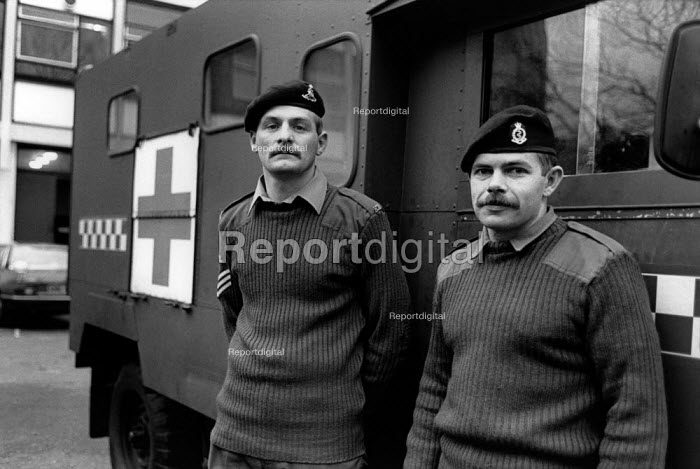 Army ambulance crew on standby at Chelsea Barracks during the ambulance workers pay dispute. - Philip Wolmuth - 1989-11-16