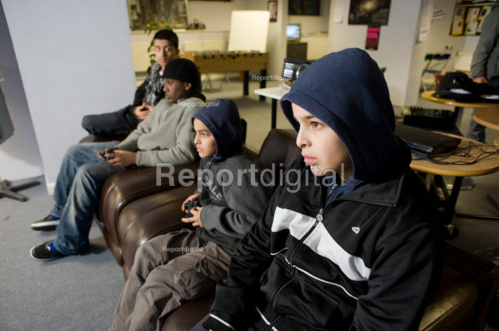 PlayStation 3 competition at the Millennium Centre Youth Club, Amberley Estate, Paddington, supported by the local Safer Neighbourhoods Team. - Philip Wolmuth - 2010-02-18