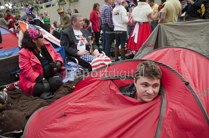 Spectators prepare to spend the night along the route from Buckingham Palace to Westminster Abbey on the eve of the Royal Wedding. - Philip Wolmuth - 2011-04-28