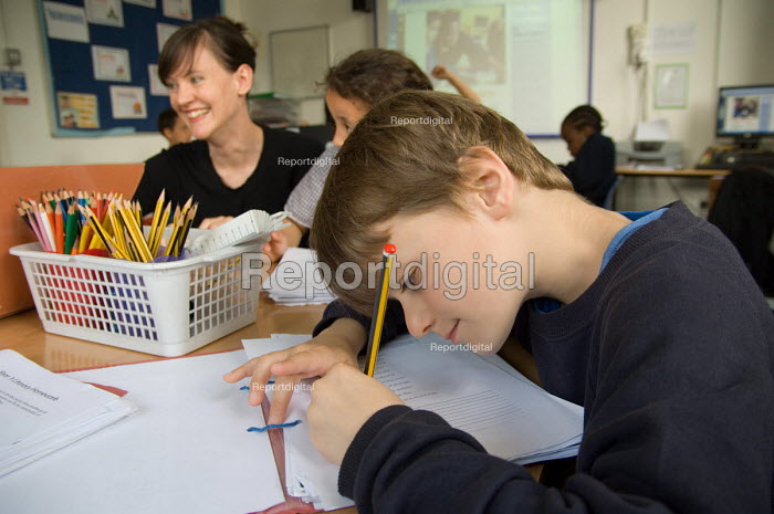 A teacher runs an after-school homework club for Year 3 and 4 pupils at St.Peter's C of E Primary School, Paddington, London. - Philip Wolmuth - 2007-07-02