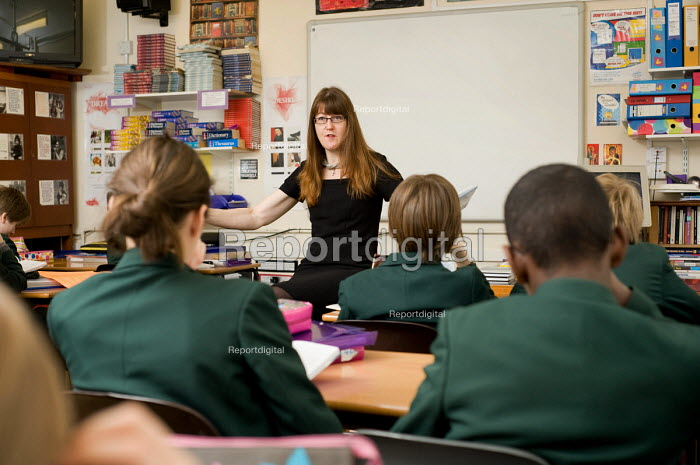 Year 8 English class at St Benedict's School, Ealing. - Philip Wolmuth - 2009-03-03