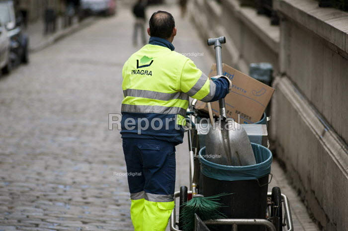 An employee of private contractor Inagra street cleaning, Granada, Spain. The company is a subsidiary of Cespa, itself a division of Ferrovial. - Philip Wolmuth - 2013-01-23
