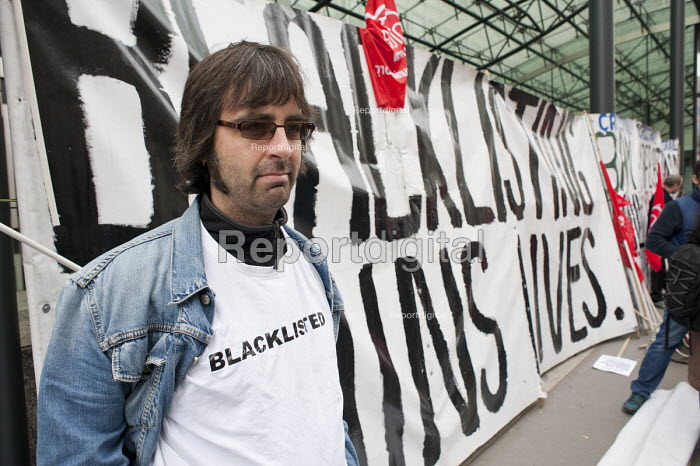 Unite member Carl Linkson, blacklisted after working as an electrician on the Jubilee Line Extension in 1997-9. Blacklist Supprt Group picket the Department of Business, Innovation and Skills. - Philip Wolmuth - 2013-05-17
