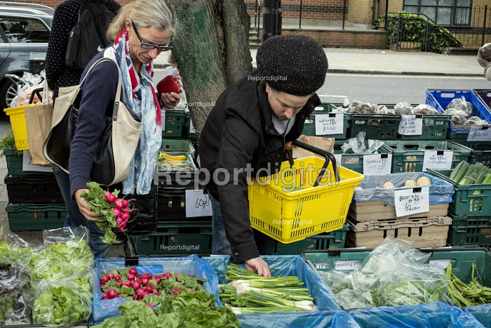Customers buying food at a farmers' market in West Hampstead, London. - Philip Wolmuth - 2013-09-21