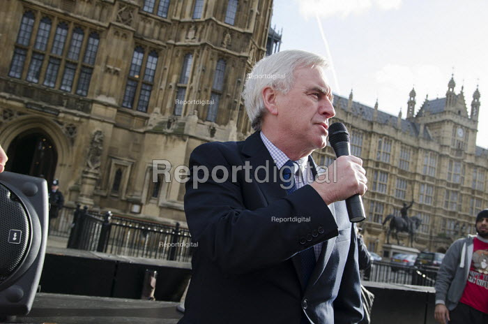 John McDonnell MP addresses a rally outside Parliament during a 3 Cosas Campaign open-top bus tour by outsourced cleaning, security and maintenance workers employed by Cofely GDF-Suez at London University, on strike over union recognition, job losses and conditions of employment. The mostly Latin-American employees are members of the IWGB union and have already won a pay increase to the London Living Wage. - Philip Wolmuth - 2014-01-28