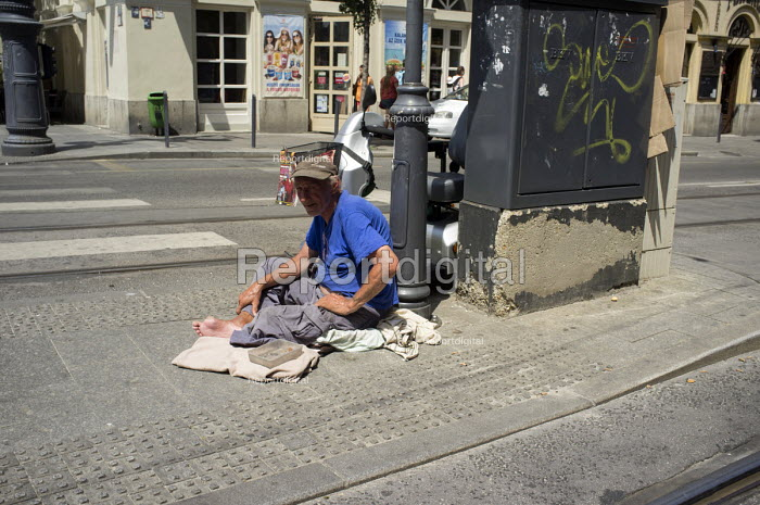 Homeless man begging at a road crossing in central Budapest - Philip Wolmuth - 2014-07-05