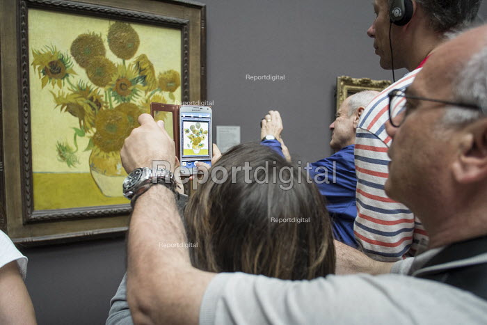 Visitors to the National Gallery London take pictures of Sunflowers by Van Gogh following the lifting of restrictions on the use of smartphones and cameras - Philip Wolmuth - 2014-08-18