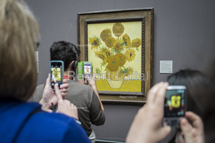 Visitors to the National Gallery London take pictures of Sunflowers by Van Gogh following the lifting of restrictions on the use of smartphones and cameras - Philip Wolmuth - 2014-08-19