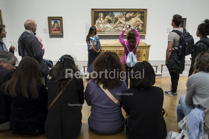 Visitors to the National Gallery in London, following the lifting of restrictions on the use of smartphones and cameras. - Philip Wolmuth - 2014-08-19