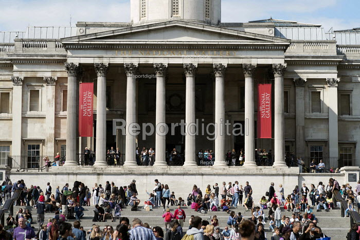 Tourists outside the National Gallery, Trafalgar Square, London. - Philip Wolmuth - 2014-08-19