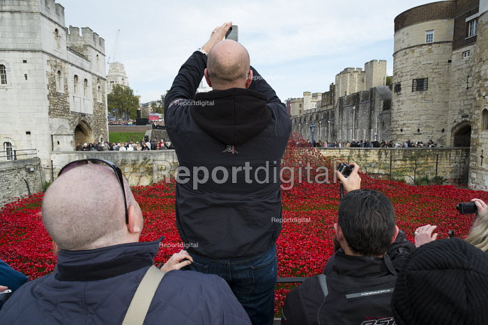 Selling poppies on behalf of the Royal British Legion. Crowds mark Armistice Day at the Tower of London 100 years after the start of the First World War. - Philip Wolmuth - 2014-11-11