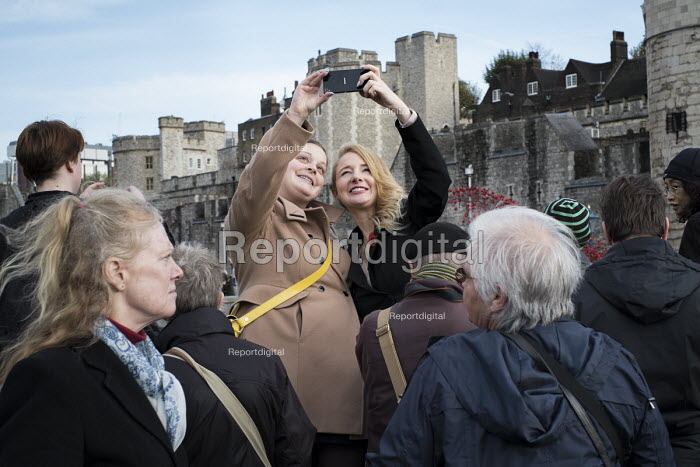 Crowds mark Armistice Day at the Tower of London 100 years after the start of the First World War. - Philip Wolmuth - 2014-11-11