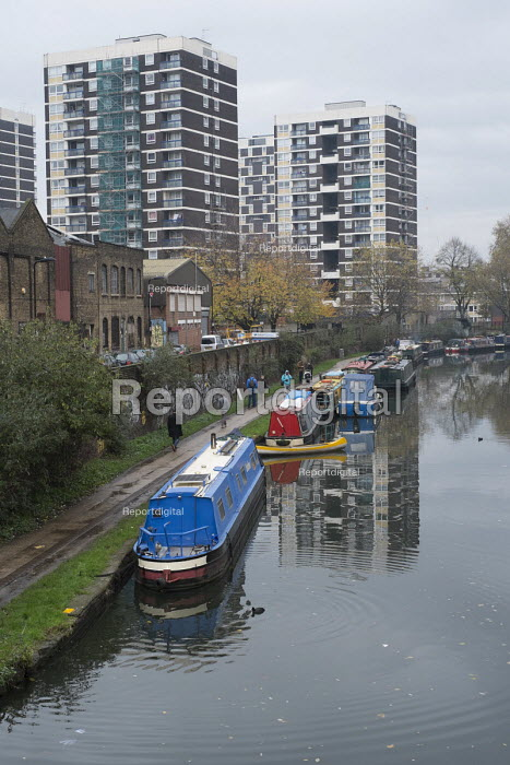 Houseboats on the Regent's Canal in Hoxton, London. There is high demand for temporary and residential moorings as a shortage of affordable housing has seen a sharp increase in numbers of those seeking to live on the canal. - Philip Wolmuth - 2014-11-22