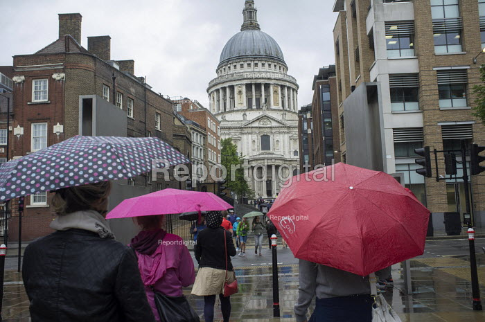 Tourists with umbrellas at St Pauls Cathedral London in heavy rain. - Philip Wolmuth - 2015-08-25