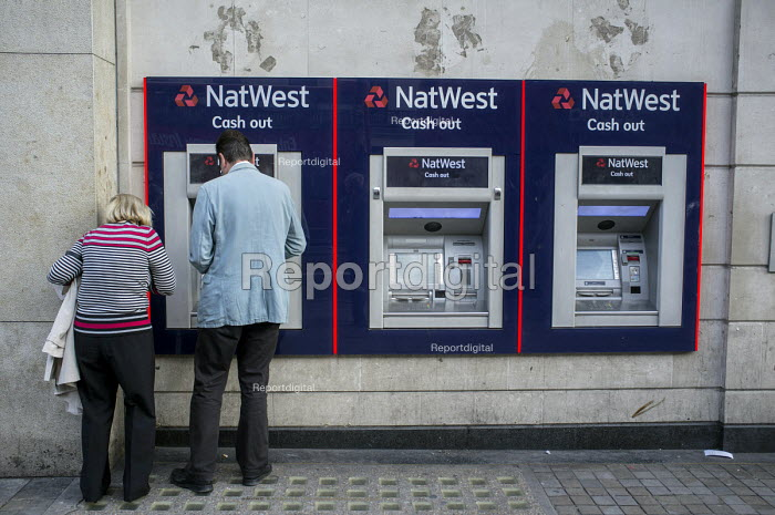 A man and a woman at a NatWest cash machine London - Philip Wolmuth - 2015-08-27