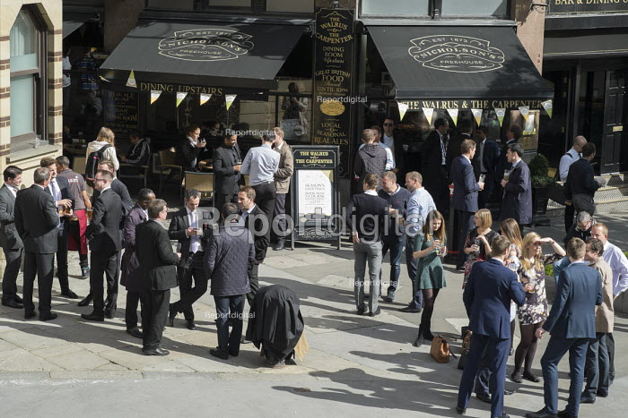 City of London workers enjoying lunchtime drink outside a pub, The Walrus and The Carpenter - Philip Wolmuth - 2015-09-23