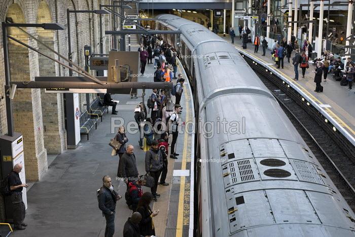 Passengers and trains London rush hour, Farringdon underground station - Philip Wolmuth - 2015-10-01