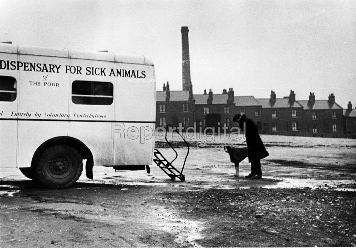 Man with his dog waiting to be seen at a Mobile Dispensary For Sick Animals of The Poor in 1952. .... - Elizabeth Chat - 1952-07-11