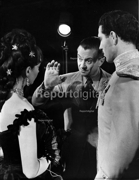 Film set of Anna Karenina, directed by Julien Duvivier, centre, with Vivien Leigh and Kieron Moore, London, 1947. - Felix H. Man - 1947-07-19