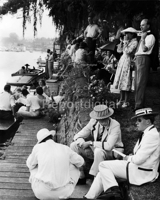 Punts. The idle rich at play at the Henley Regatta in an early 1950s summer. .... - Felix H. Man - 1951-07-04