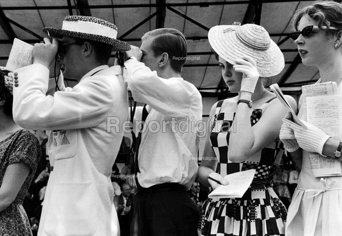 Watching the boat race. The idle rich at play at the Henley Regatta in an early 1950s summer. .... - Felix H. Man - 1951-07-04
