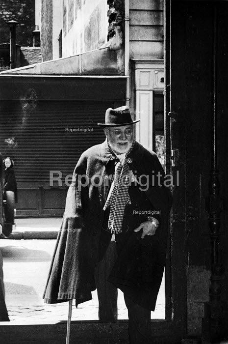 Artist, Henri Matisse, arriving at the printers Fernand Mourlot 1948, France. He was illustrating the love poems of 16th century French Renaissance poet Pierre de Ronsard for an illustrated book or livre d artiste. The Lithograph is for lorilge des Amours by Ronsard, printed in sanguine, on Arches, printed by Mourlot Frres, published by Albert Skira. Ateliers Mourlot, Paris - Ina Bandy - 1948-10-25